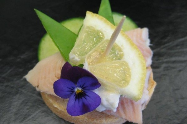 Schwarzwaldforellen - Filet auf Kaviarbrot (2)
